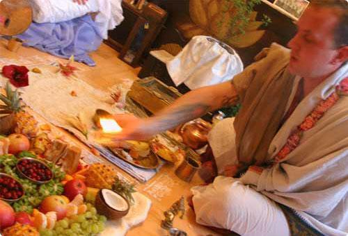 Vedischer Priester beim Feueropfer bzw. Yajna